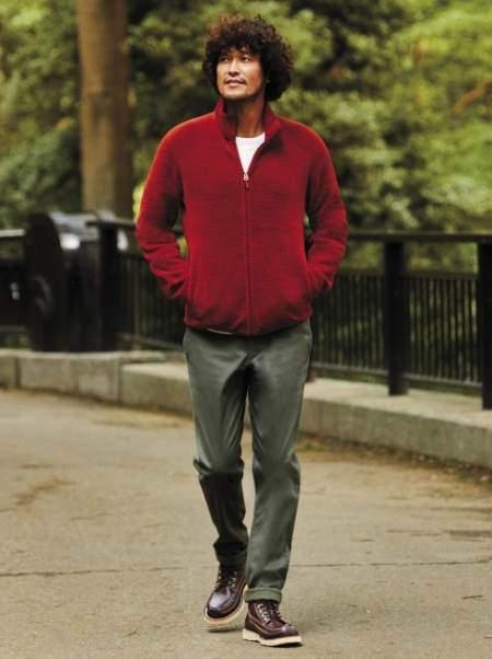 ユニクロのフリースフルジップジャケット(長袖)を着ている男性