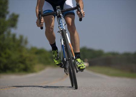 クロスバイクに乗っているときのハンドルを握っている腕のアップ