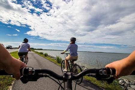 友達と楽しく自転車に乗っている様子