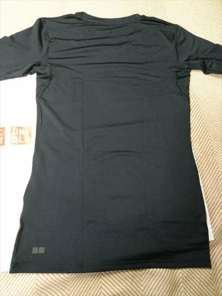 ユニクロのエアリズムパフォーマンスサポートTシャツ(長袖)のブラックの後面
