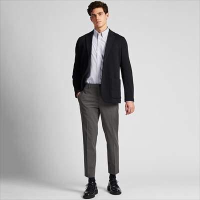ユニクロのEZYアンクルパンツ(ウールライク・丈標準65~71cm)を履いている男性