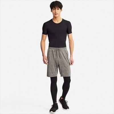 ユニクロのエアリズムパフォーマンスサポートT(半袖)を着ている男性
