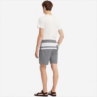 ユニクロのスイムアクティブショートパンツ(カラーブロック)を履いている男性