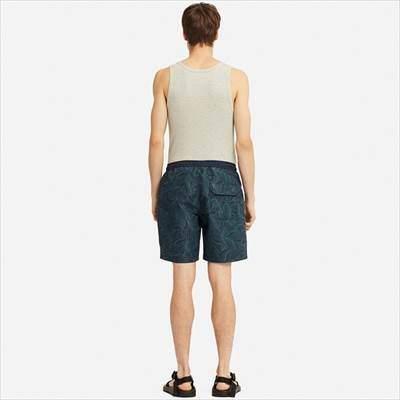ユニクロのスイムアクティブショートパンツ(リーフ)を履いている男性