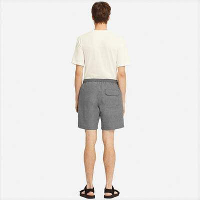 ユニクロのスイムアクティブショートパンツ(ウェーブ)を履いている男性