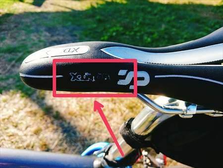 5月乗り続けてプリントの文字が一部ハゲたCat Hand(キャット ハンド)の穴あきスポーツサドル