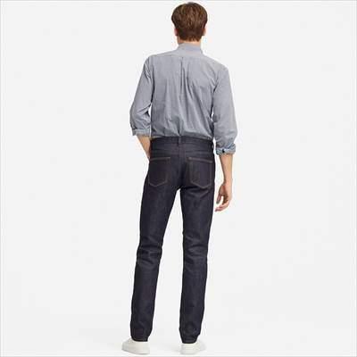 ユニクロのストレッチセルビッジスリムフィットジーンズを履いている男性