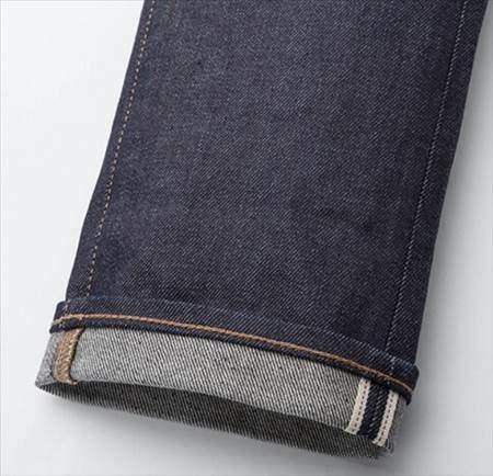 ユニクロのセルビッジジーンズの裾部分のアップ