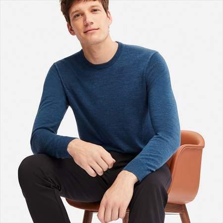 ユニクロのエクストラファインメリノクルーネックセーターを着ている男性