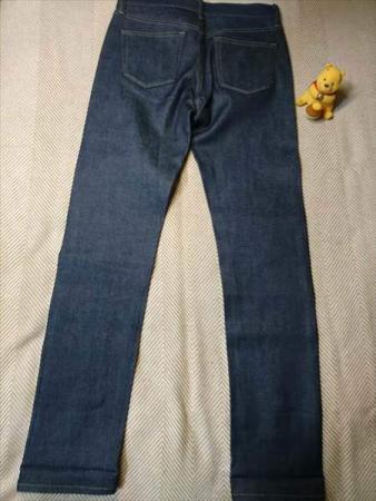 ユニクロのストレッチセルビッジスリムフィットジーンズを乾燥機で縮める前の全体後方