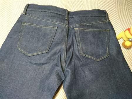 ユニクロのストレッチセルビッジスリムフィットジーンズを乾燥機で縮める前のお尻部分のアップ