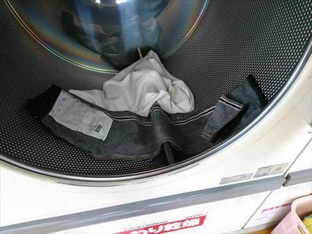 ユニクロのストレッチセルビッジスリムフィットジーンズをコインランドリーの大型乾燥機に入れた様子