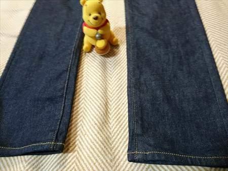 ユニクロのストレッチセルビッジスリムフィットジーンズを乾燥機で縮めたあとの裾部分のアップ