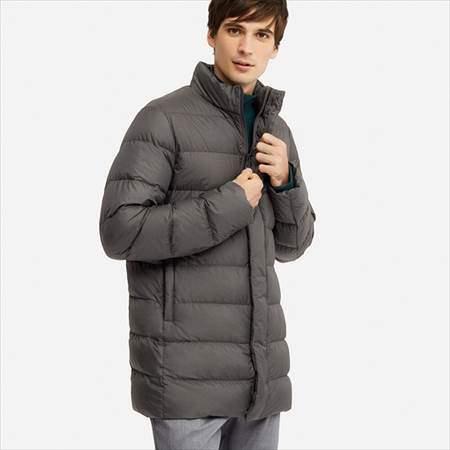 ユニクロのウルトラライトダウンハーフコートのグレーを着ている男性