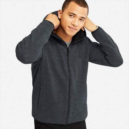 ユニクロの防風フリースフルジップパーカを着ている男性