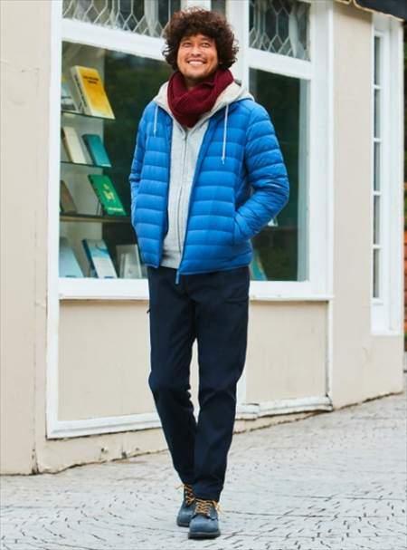 ユニクロのウルトラライトダウンジャケットを着ている男性のコーディネート例