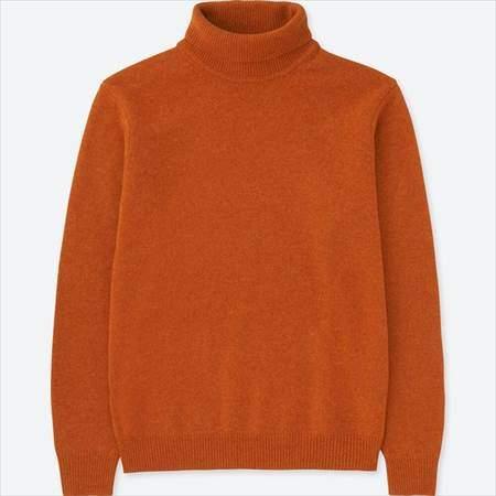 ユニクロのプレミアムラムタートルネックセーターのオレンジ