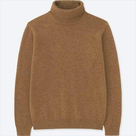 ユニクロのプレミアムラムタートルネックセーターのベージュ