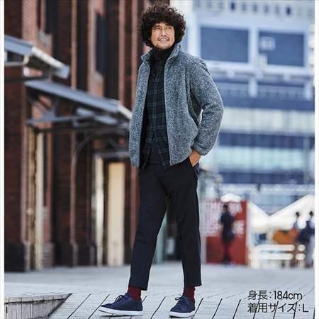ユニクロのファーリーフリースフルジップジャケットを着ている男性のコーディネート例