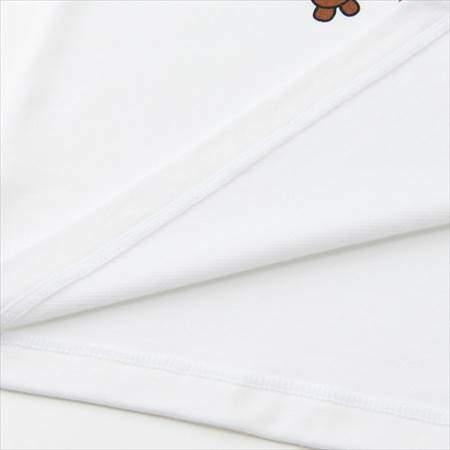 ユニクロのミニオンズヒートテック(極暖)のホワイトの裾をめくって裏地と表地を比較している様子