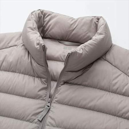 ユニクロのウルトラライトダウンジャケットの襟部分のアップ