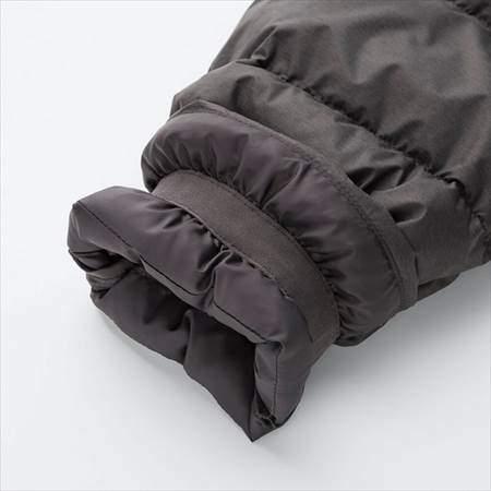 ユニクロのウルトラライトダウンハーフコートの袖部分のアップ