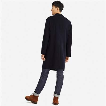 ユニクロのウールカシミヤチェスターコートを着ている男性