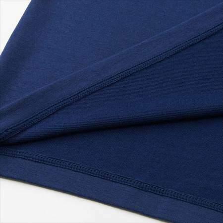 ユニクロのミニオンズヒートテック(極暖)のネイビーの裾をめくって裏地と表地を比較している様子