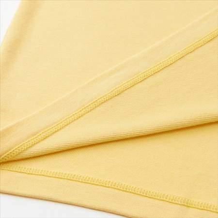 ユニクロのミニオンズヒートテック(極暖)のイエローの裾をめくって裏地と表地を比較している様子