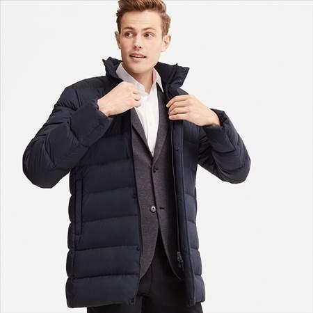 ユニクロのウルトラライトダウンハーフコートのネイビーを着ている男性