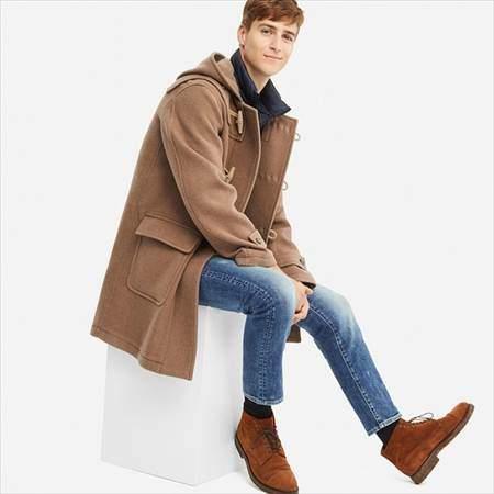 ユニクロのウールブレンドダッフルコートのブラウンを着ている男性