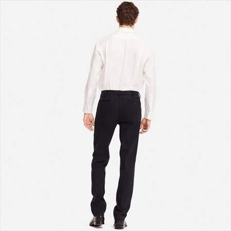 ユニクロのヒートテックストレッチパンツを履いている男性