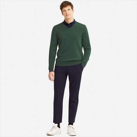 ユニクロのカシミヤVネックセーターを着ている男性