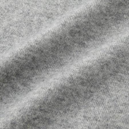 ユニクロのカシミヤVネックセーターのグレーの生地のアップ