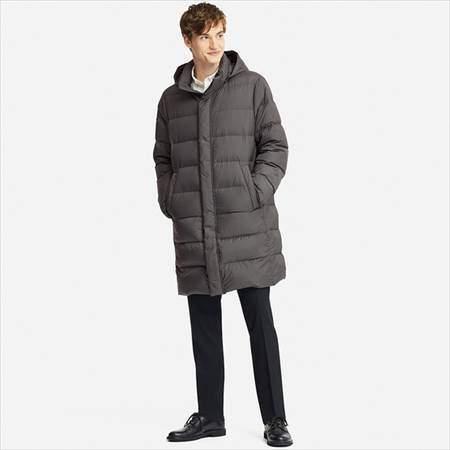 ユニクロのウルトラライトダウンコートを着ている男性