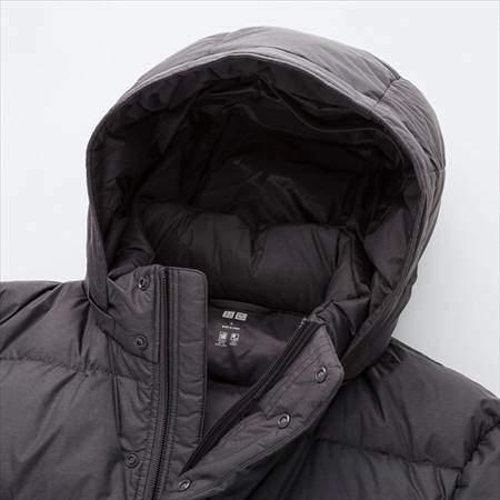 ユニクロのウルトラライトダウンコートのフードと襟元のアップ