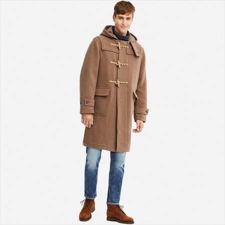 ユニクロのウールブレンドダッフルコートを着ている男性
