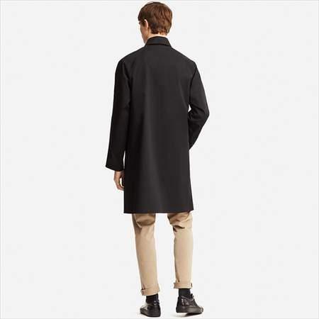 ユニクロのブロックテックステンカラーコートを着ている男性
