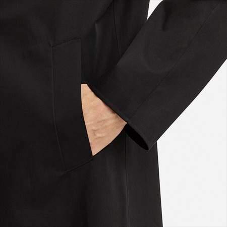 ユニクロのブロックテックステンカラーコートのサイドポケットに手を入れた様子