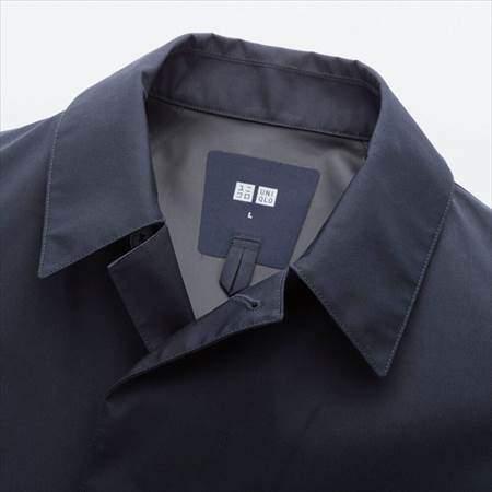ユニクロのブロックテックステンカラーコートの襟元のアップ