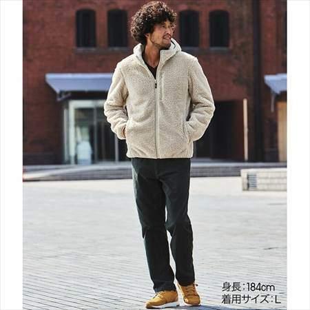 ユニクロの防風ボアフリースパーカを着ている男性