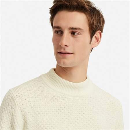 ユニクロのミドルゲージモックネックセーターを着ている男性
