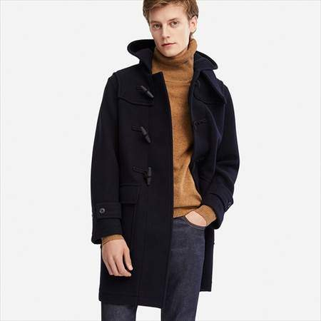 ユニクロのウールブレンドダッフルコートのネイビーを着ている男性
