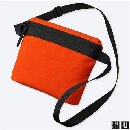 ユニクロUのサコッシュバッグのオレンジ