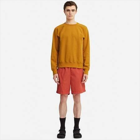 ユニクロUのスウェットシャツ(長袖)を着ている男性