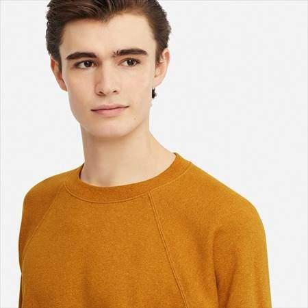 ユニクロUのスウェットシャツ(長袖)の襟のアップ