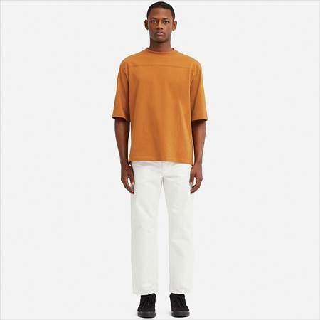ユニクロUのオーバーサイズハーフスリーブTシャツを着ている男性