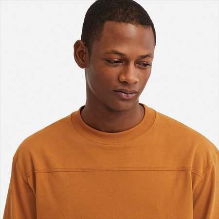 ユニクロUのオーバーサイズハーフスリーブTシャツの襟もとのアップ