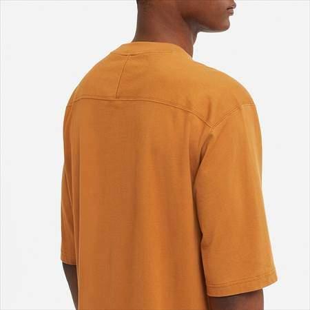 ユニクロUのオーバーサイズハーフスリーブTシャツの背中側のアップ