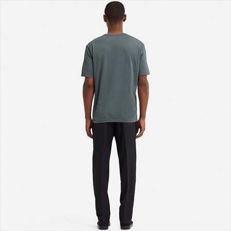 ユニクロUのスーピマコットンTシャツ(半袖)を着ている男性